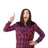 Mujer joven de Urprised que señala para arriba aislado en blanco Imágenes de archivo libres de regalías