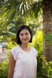 Mujer joven debajo de las palmeras Imagenes de archivo