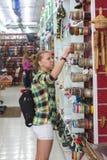 Mujer joven decepcionada con la opción de ornamentals Compras y concepto de los regalos foto de archivo libre de regalías