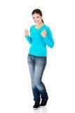 Mujer joven del éxito feliz emocionado con los puños para arriba Imágenes de archivo libres de regalías