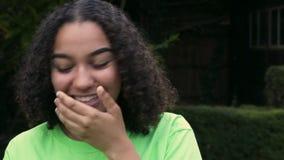 Mujer joven del adolescente afroamericano Biracial de la muchacha fuera de usar su teléfono celular elegante para los medios soci metrajes