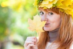 Mujer joven del adolescente del redhead en una guirnalda Fotos de archivo