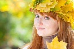 Mujer joven del adolescente del redhead en una guirnalda Foto de archivo