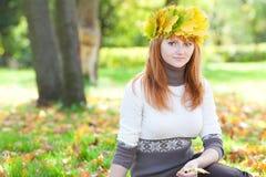 Mujer joven del adolescente del redhead en una guirnalda Fotos de archivo libres de regalías