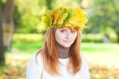 Mujer joven del adolescente del redhead en una guirnalda Imagenes de archivo