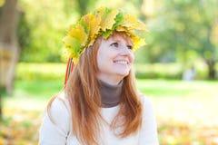 Mujer joven del adolescente del redhead en una guirnalda Imagen de archivo libre de regalías