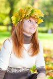 Mujer joven del adolescente del redhead en una guirnalda Fotografía de archivo