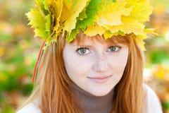 Mujer joven del adolescente del redhead en una guirnalda Foto de archivo libre de regalías