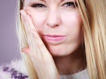 Mujer joven del adolescente que piensa con la mano en mejilla Imagen de archivo libre de regalías