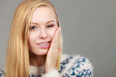 Mujer joven del adolescente que piensa con la mano en mejilla Fotos de archivo libres de regalías
