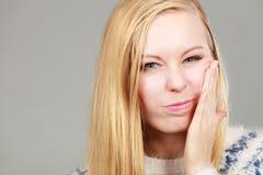 Mujer joven del adolescente que piensa con la mano en mejilla Foto de archivo