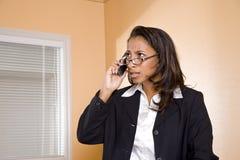 Mujer joven del African-American en el teléfono móvil Imágenes de archivo libres de regalías