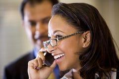 Mujer joven del African-American que habla en el teléfono celular Imágenes de archivo libres de regalías