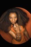 Mujer joven del African-American que mira el seductivel. imagen de archivo