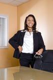 Mujer joven del African-American que ríe en oficina Fotos de archivo libres de regalías