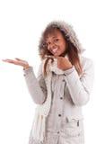 Mujer joven del afroamericano que lleva a cabo algo Foto de archivo libre de regalías