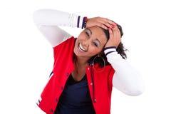 Mujer joven del afroamericano que lleva a cabo su cabeza Foto de archivo