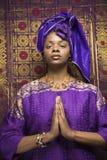Mujer joven del afroamericano que ruega y que desgasta T Fotos de archivo libres de regalías