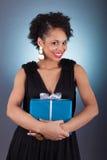 Mujer joven del afroamericano que sostiene un regalo Fotos de archivo libres de regalías