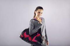 Mujer joven del ajuste feliz con el bolso del gimnasio Imágenes de archivo libres de regalías