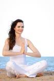 Mujer joven del ajuste hermoso meditating fotografía de archivo libre de regalías