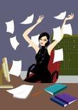 Mujer joven del asunto en la oficina jubilosa en el escritorio Fotografía de archivo libre de regalías