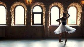Mujer joven del bailar?n de ballet cl?sico en clase de danza almacen de video