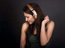 Mujer joven del baile alegre hermoso que escucha la música en alambre Foto de archivo libre de regalías