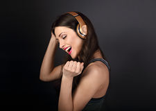 Mujer joven del baile feliz hermoso que escucha la música en wirel Imagen de archivo libre de regalías
