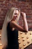 Mujer joven del baile feliz que canta la canción en la estrella y el Br amarillos Fotos de archivo