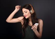 Mujer joven del baile hermoso que escucha la música en radio él Foto de archivo libre de regalías