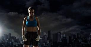 Mujer joven del boxeador al aire libre Técnicas mixtas Imagenes de archivo