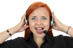 Mujer joven del consultor de la secretaria del centro de atención telefónica que grita en el teléfono Fotos de archivo libres de regalías