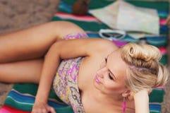 Mujer joven del cuerpo caliente lindo feliz con los detalles coloridos que mienten en t Foto de archivo