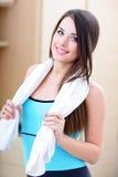 Mujer joven del deporte con la toalla Foto de archivo libre de regalías
