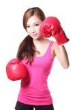 Mujer joven del deporte con los guantes de boxeo Imágenes de archivo libres de regalías