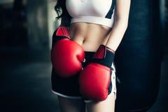 Mujer joven del deporte en guantes de boxeo Fotografía de archivo