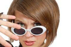 Mujer joven del descontento en gafas de sol Foto de archivo