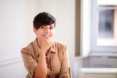 Mujer joven del empresario latino que sonríe en usted imagenes de archivo