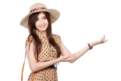 Mujer joven del estilo del vintage que muestra área en blanco Foto de archivo libre de regalías