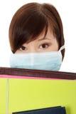 Mujer joven del estudiante con la máscara Foto de archivo libre de regalías