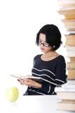 Mujer joven del estudiante que estudia en el escritorio Fotografía de archivo libre de regalías