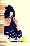 Mujer joven del estudiante que estudia en el escritorio Imagen de archivo libre de regalías