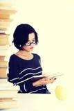 Mujer joven del estudiante que estudia en el escritorio Imagenes de archivo