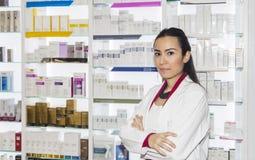 Mujer joven del farmacéutico en farmacia Imagen de archivo libre de regalías