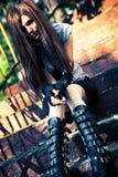 Mujer joven del goth que se sienta en las escaleras Imágenes de archivo libres de regalías