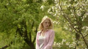Mujer joven del granjero Retrato de una mujer feliz del granjero en fondo verde del jardín Actividades del centro tur?stico de Ec almacen de video
