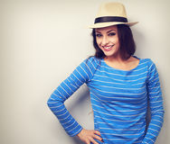 Mujer joven del inconformista casual feliz en sombrero de paja Foto de archivo libre de regalías