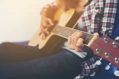 Mujer joven del inconformista que toca una guitarra Fotos de archivo libres de regalías