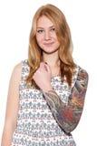 Mujer joven del jengibre con la sonrisa del tatuaje Imagenes de archivo